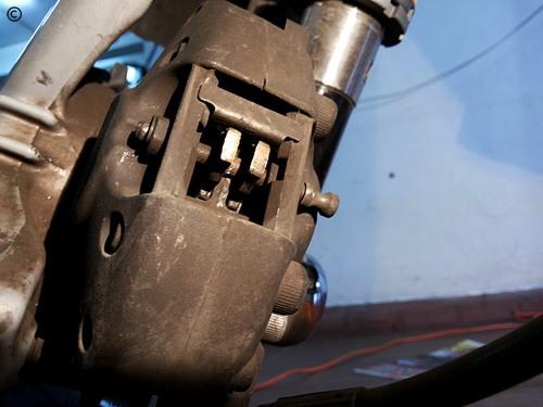 Mudança pastilhas travão, Vespa PX - colocar mola, perno e freio de segurança